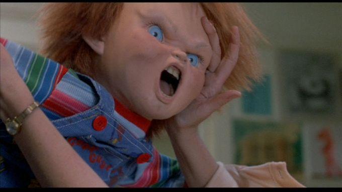 La bambola assassina, 1988. Nuovo bambolotto che intima omicidi. Una nuova creatura questa volta animata impossessata di uno spirito maligno. Soltanto il piccolo Andy Barclay (A. Vincent) si rende conto che il suo nuovo bambolotto Chucky è posseduto dallo spirito di un pluriassassino (B. Dourif) ucciso in un negozio di giocattoli. Devono succedere diversi omicidi prima che la sua mammina (C. Hicks) e il poliziotto di turno (C. Sarandon) gli credano. Scritto dal regista con Don Mancini e John Lafia, ha una prima parte di tensione allucinata che suggerisce con efficacia la follia che divide il mondo dei bambini da quello degli adulti. Apprezzabili effetti speciali di Kevin Yagher, truccatore di Robert Englund nel ciclo Nightmare. Inferiore al precedente Ammazzavampiri, esordio di T. Holland nella regia. 1 film di una lunga serie, accusato in Inghilterra di istigazione alla violenza infantile.