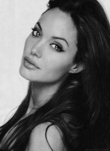 Angelina Jolie fa di tutto per salvare i sei figli dalla depressione